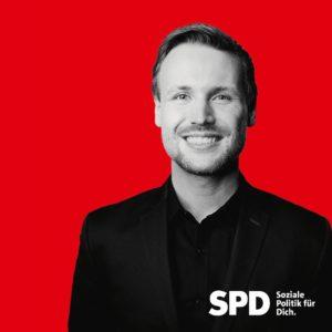 portrait von lennard oehl vor rotem Hintergrund in schwarz-weiß